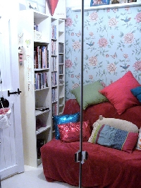 Using wallpaper in small rooms can be effective and even DYNAMITE