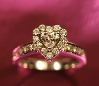 Know when to give heart-shaped jewelry and win the love of someone special