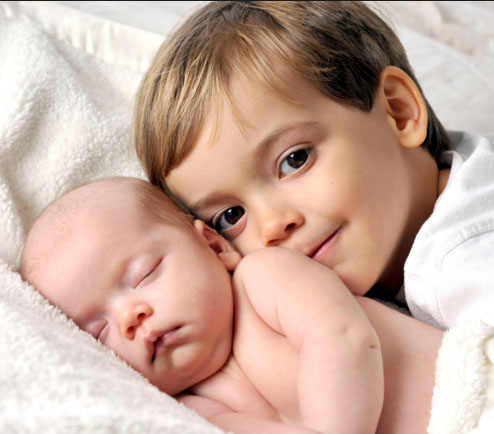 Here's how to help siblings adjust to the new baby for an easy transition